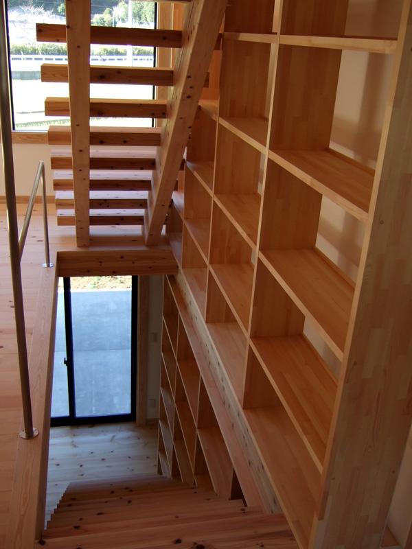 2階から階段下をのぞく