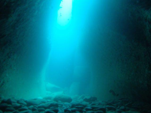 DSCF0067水路下の洞窟