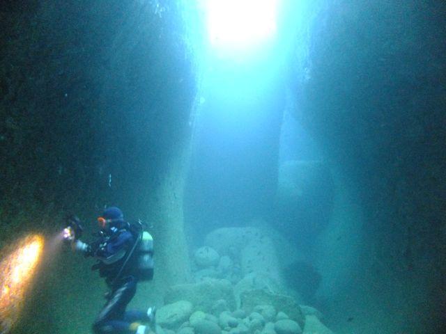 DSCF2360水路下の洞窟