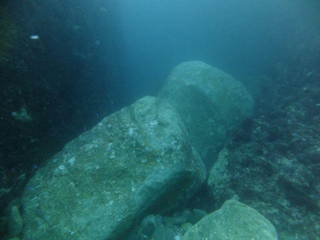 DSCF5037水路入口の岩