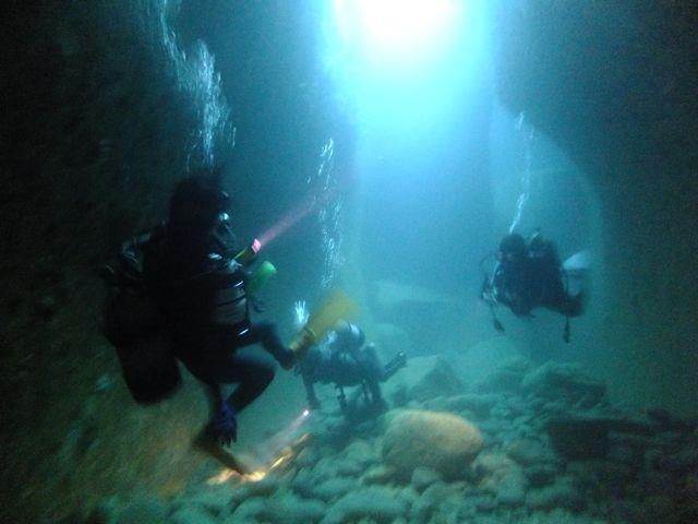 DSCF5319水路下の洞窟