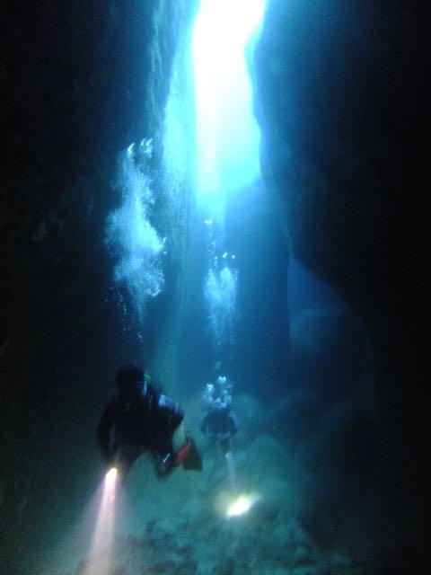 DSCF6493水路下の洞窟