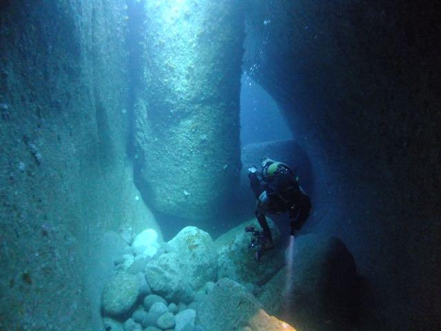 DSCF6617水路下の洞窟