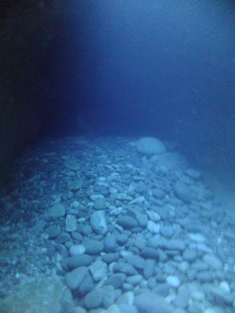 DSCF6700水路下の洞窟