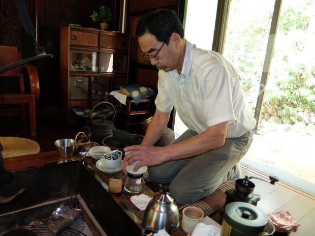 DSCF7054コーヒー入れる先代