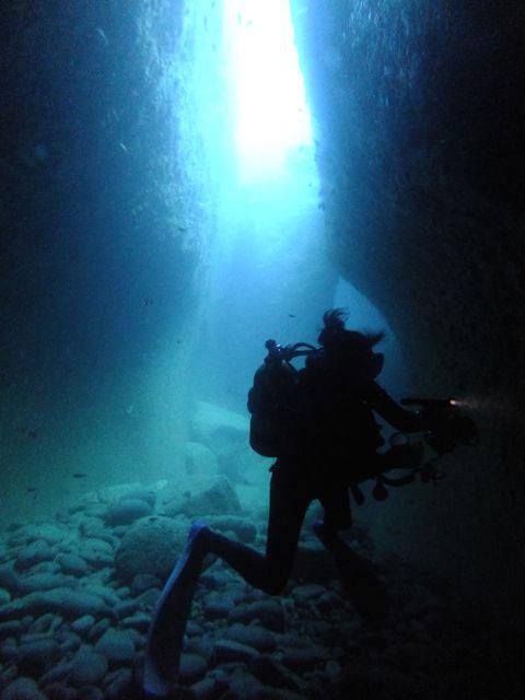 DSCF8751水路下の洞窟