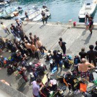 海底清掃に集まったダイバー達