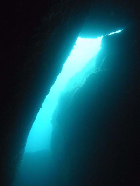 R0014322水路下の洞窟ふり向く